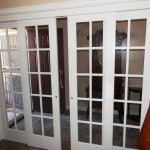 Astounding-Sliding-Interior-Doors-which-are-Made-from-Glass-and-Has-White-Wooden-Frame-909x682