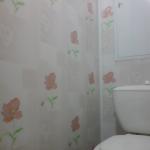 1445164216_otdelka-tualeta-plastikovymi-paneljami-foto