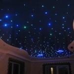 gostinaya-s-potolkom-zvezdnoe-nebo