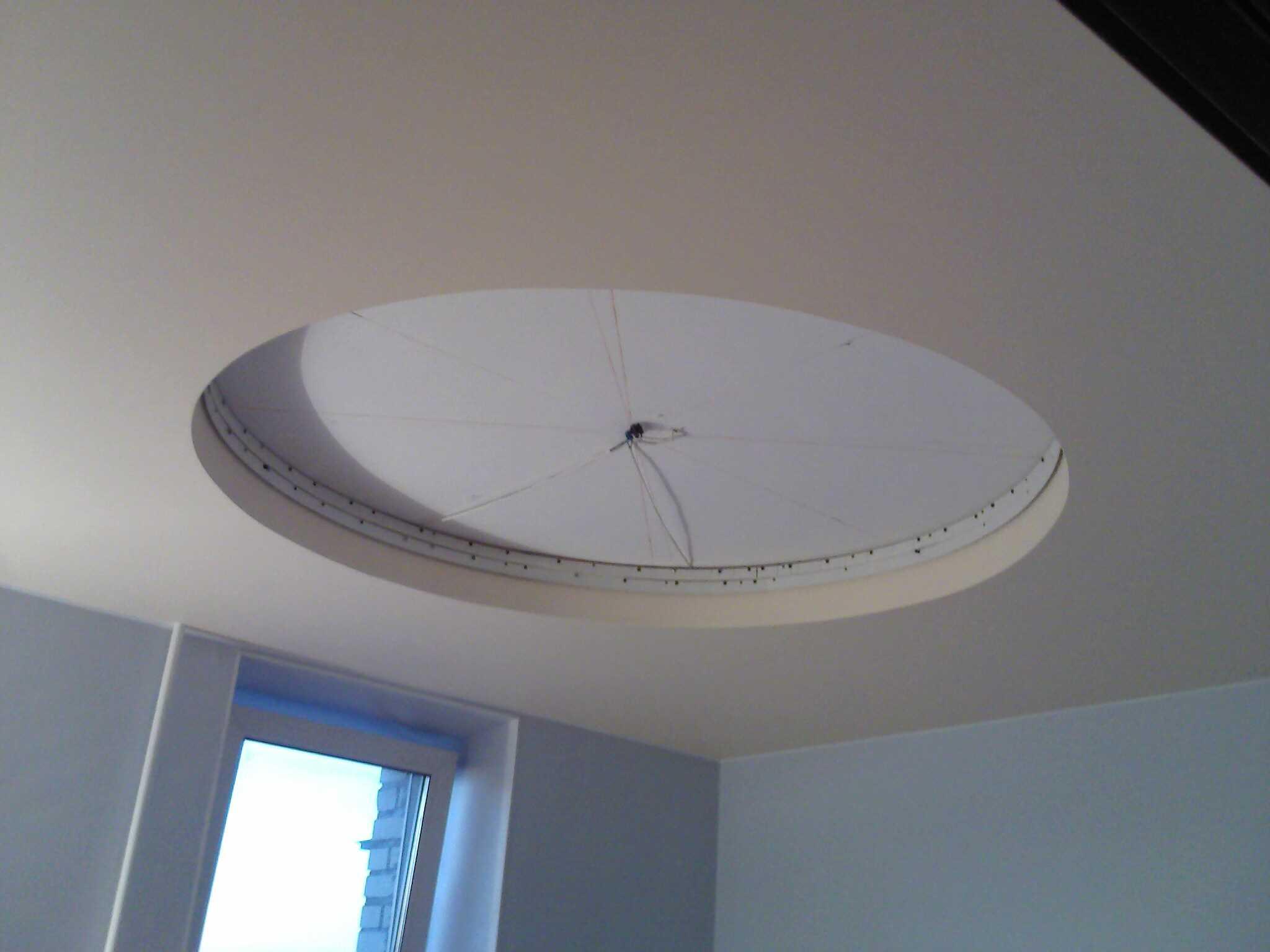монтаж алюминиевого каркаса двухуровневого потолка в спальне