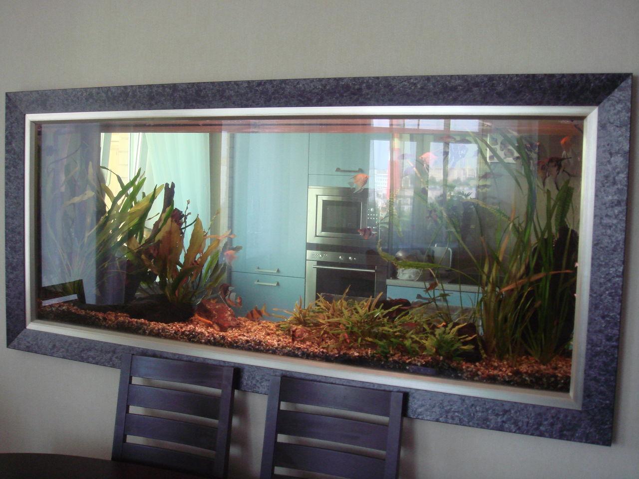 пример большого встроенного в мебель аквариума