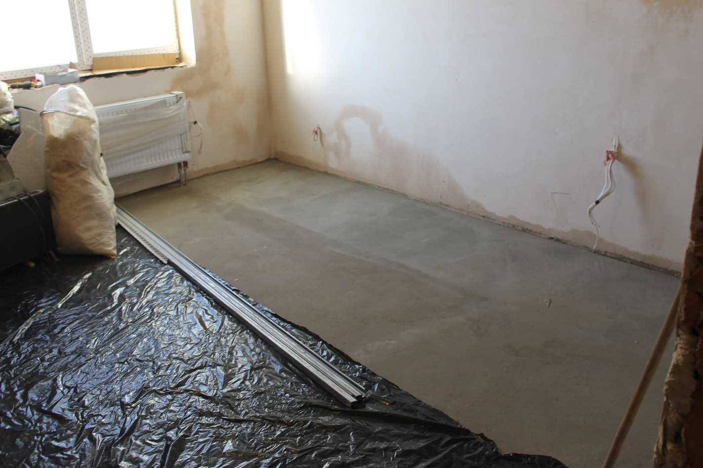 пример гидроизоляции пола квартиры оклеечным способом перед стяжкой
