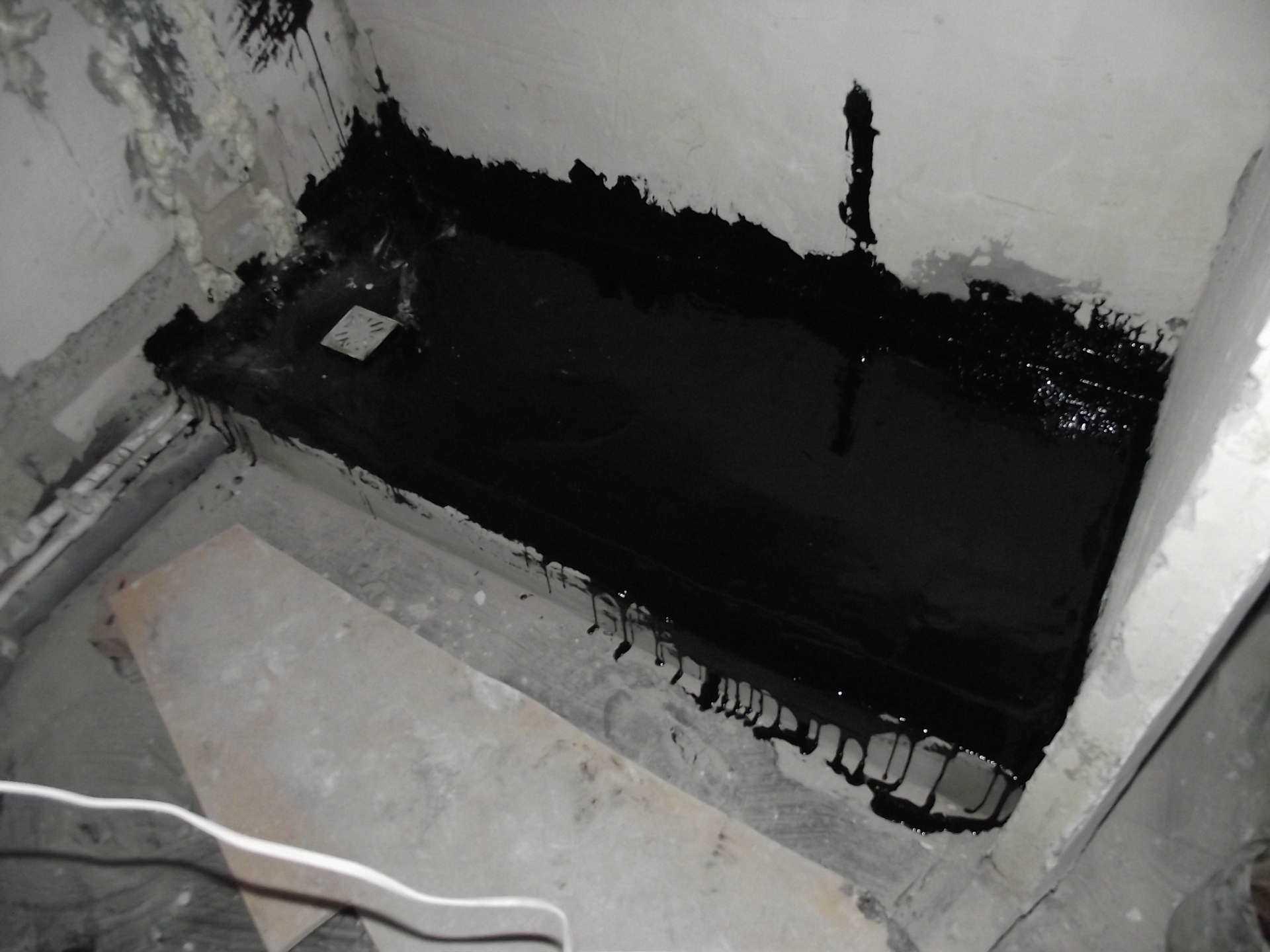 пример гидроизоляции трапа в полу ванной комнаты обмазочным способом с поддоном