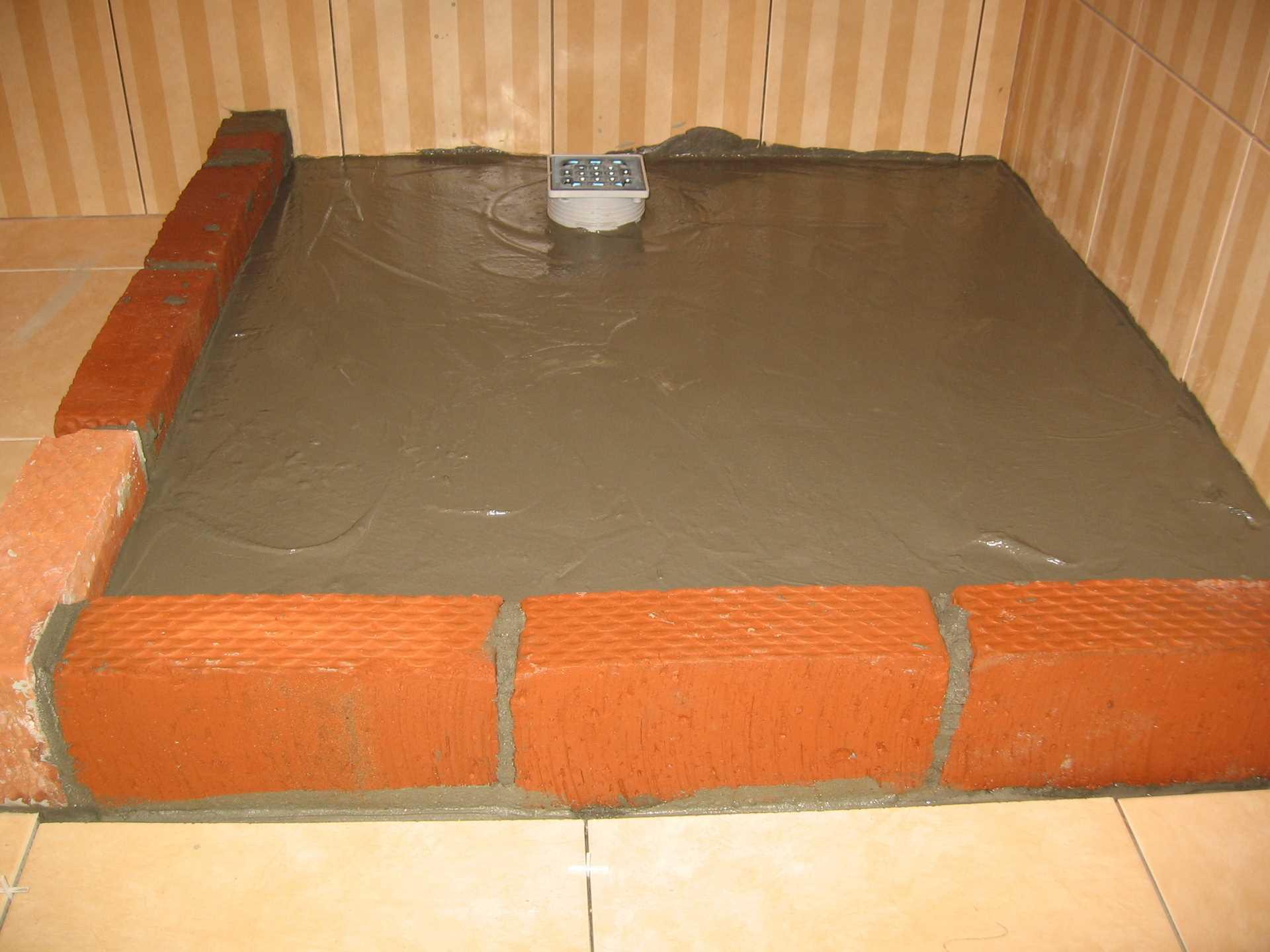 вариант гидроизоляции трапа в полу ванной комнаты литьем с поддоном