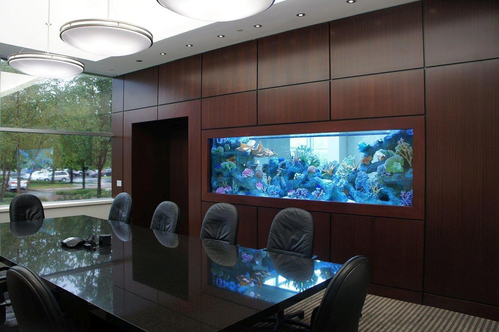 вариант большого встроенного в декоративную перегородку аквариума