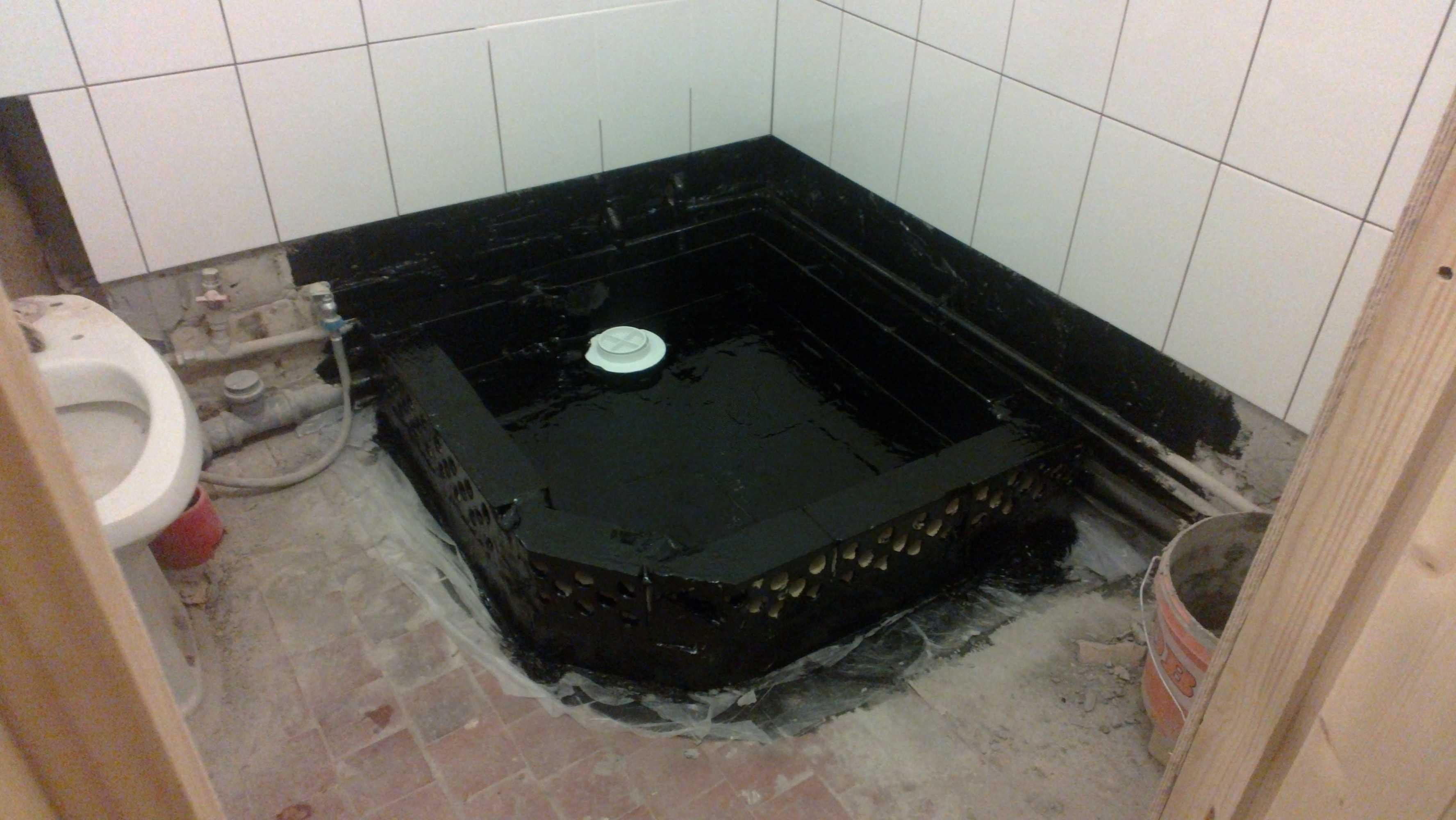 вариант гидроизоляции трапа в полу ванной комнаты оклеечным способом без поддона