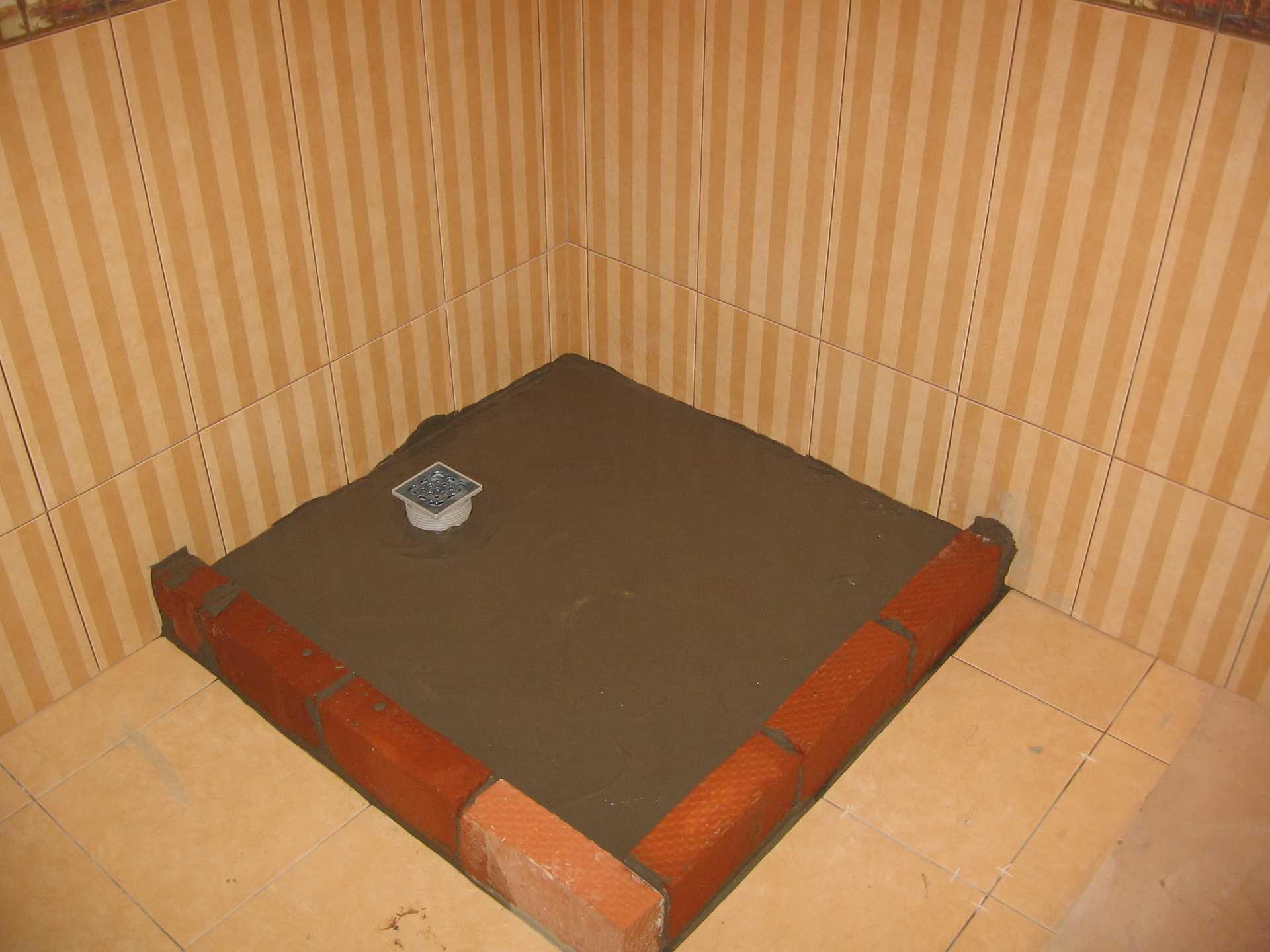 пример гидроизоляции трапа в полу ванной обмазочным способом с поддоном