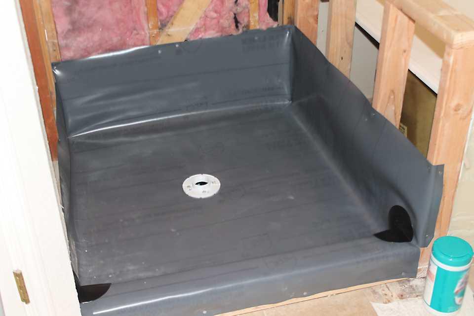 пример гидроизоляции трапа в полу ванной комнаты литьем с поддоном