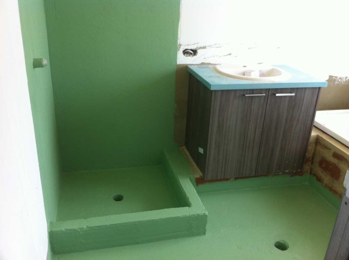 вариант гидроизоляции трапа в полу ванной обмазочным способом с поддоном