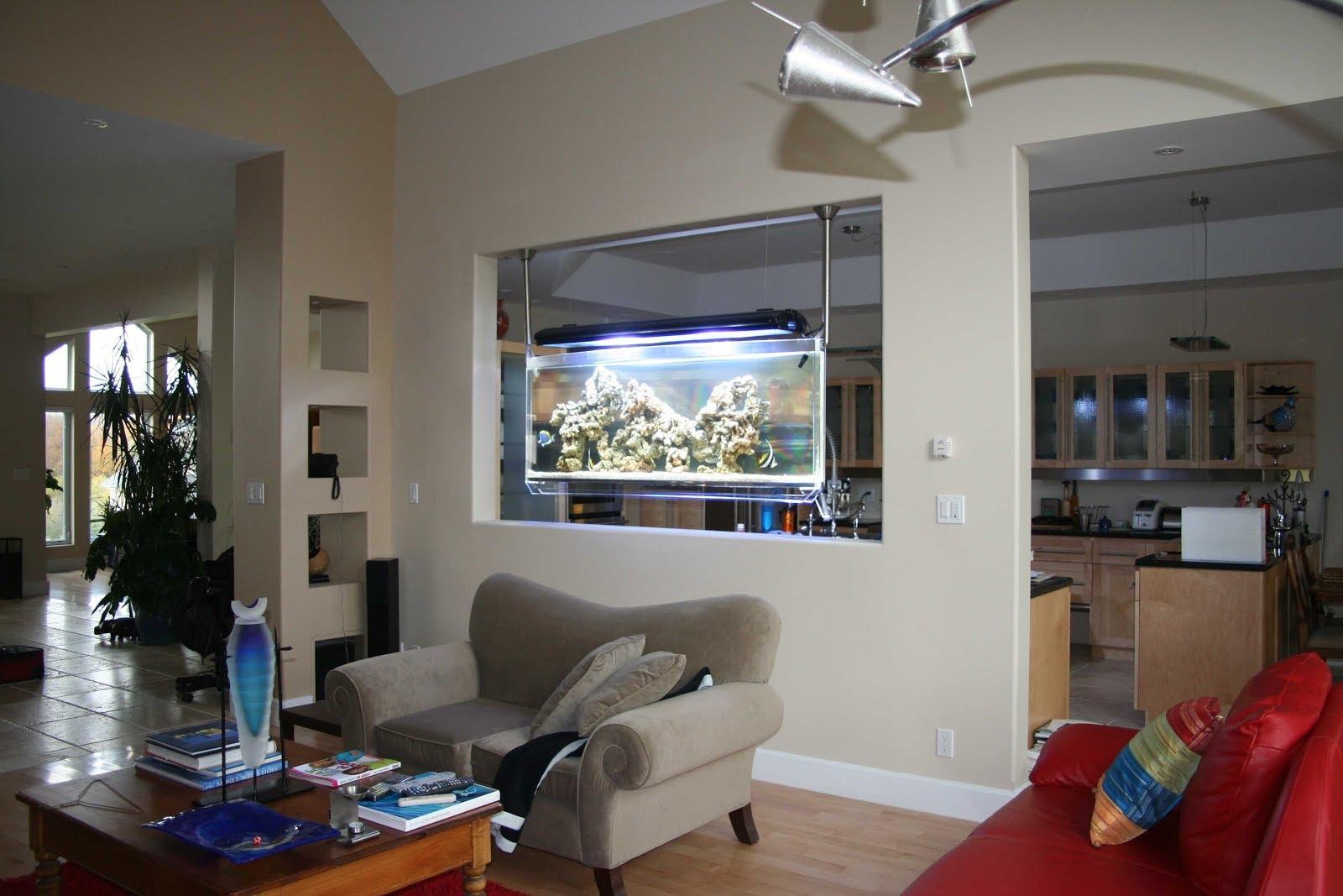 вариант маленького встроенного в мебель аквариума