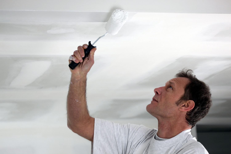 Покраска потолка акриловой краской своими руками видео