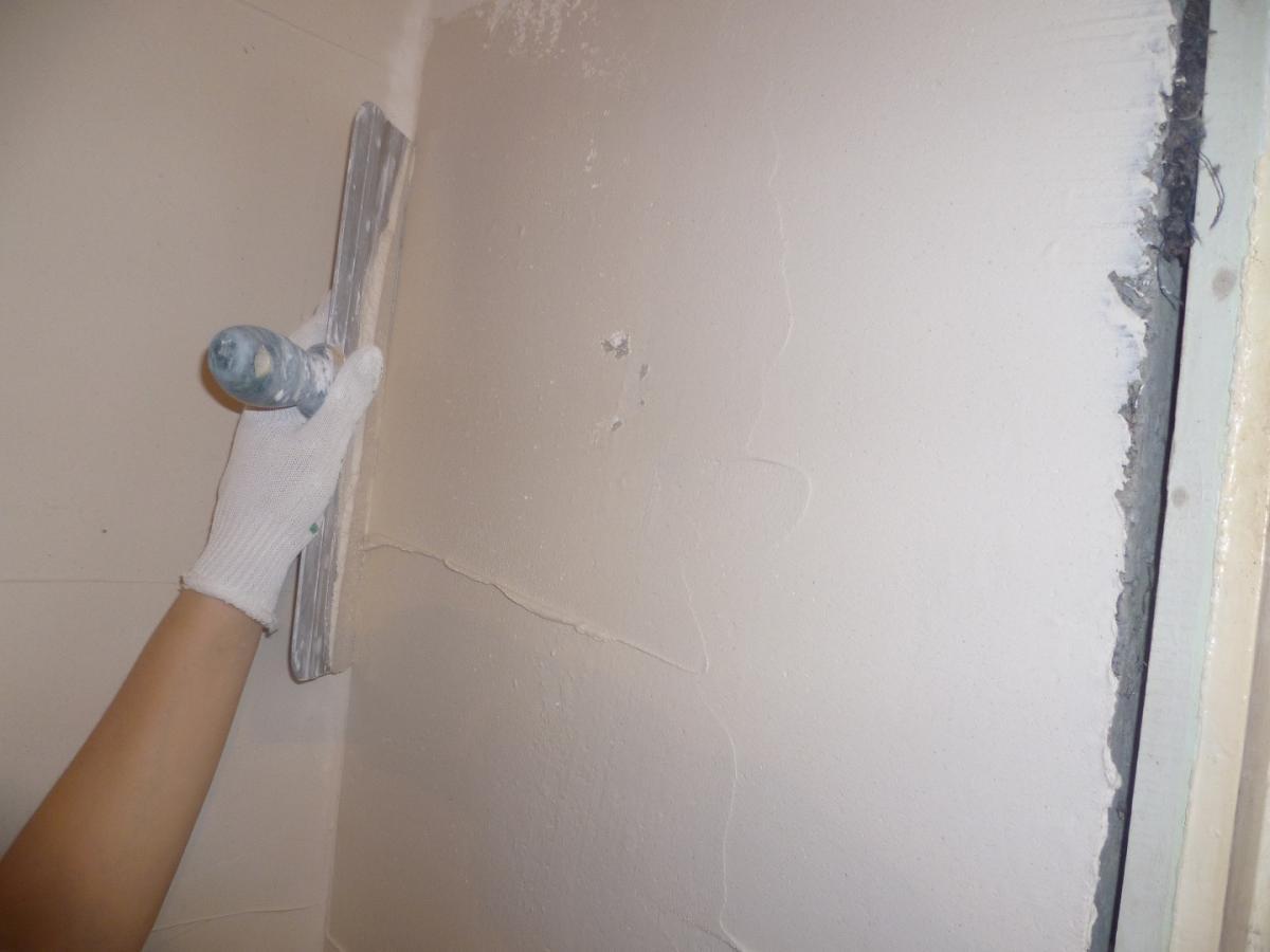 пример использования акриловой шпаклевкой путц в ремонте комнаты самостоятельно