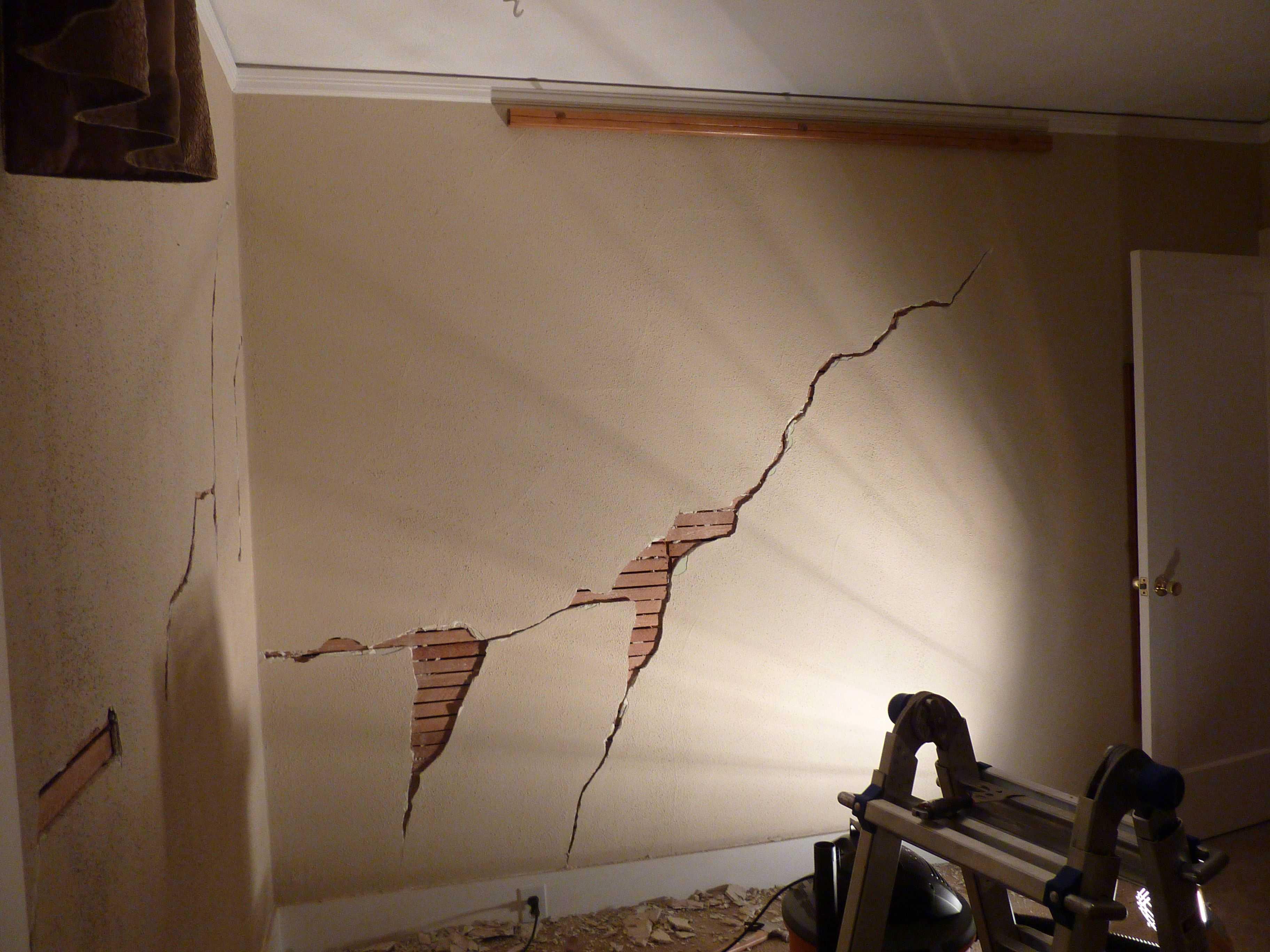 пример использования акриловой шпаклевкой путц в ремонте комнаты своими руками