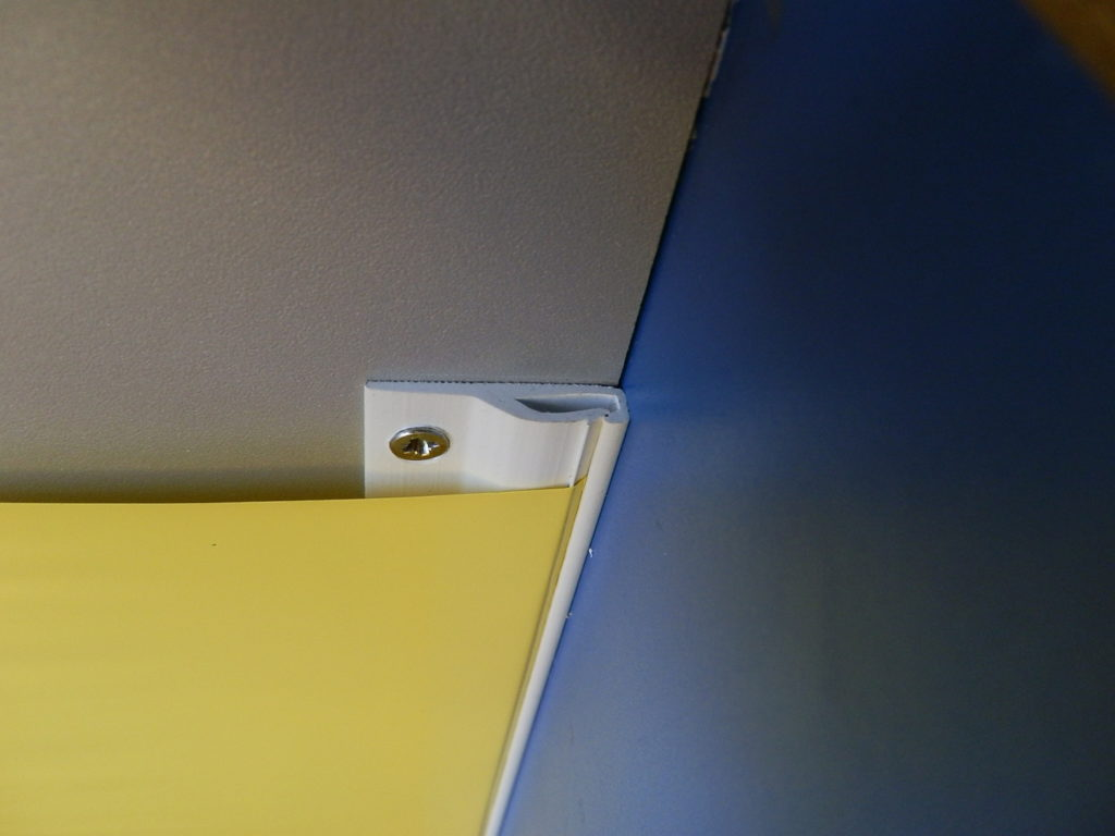 идея использования багета для натяжного потолка в отделке комнаты