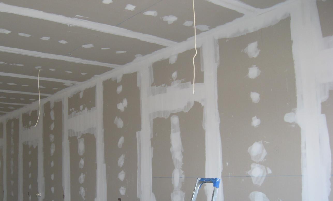 пример применения шпаклевки гипсокартона под покраску в ремонте комнаты