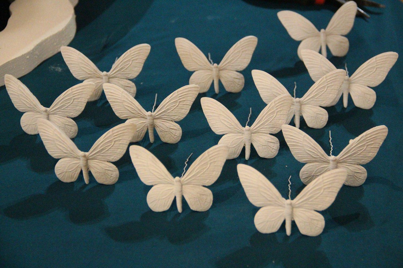 идея использования трафарета бабочки при перепланировке стены