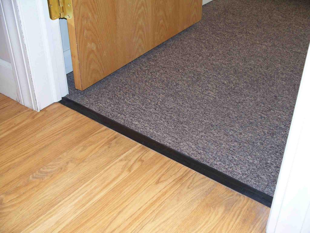 идея использования гибкого порога для ламината и плитки в отделке комнаты