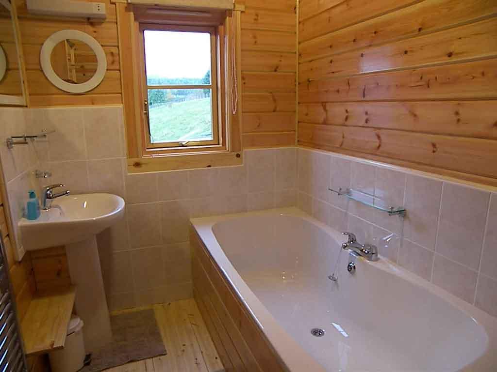 пример применения герметизации в ванной в отделке дома