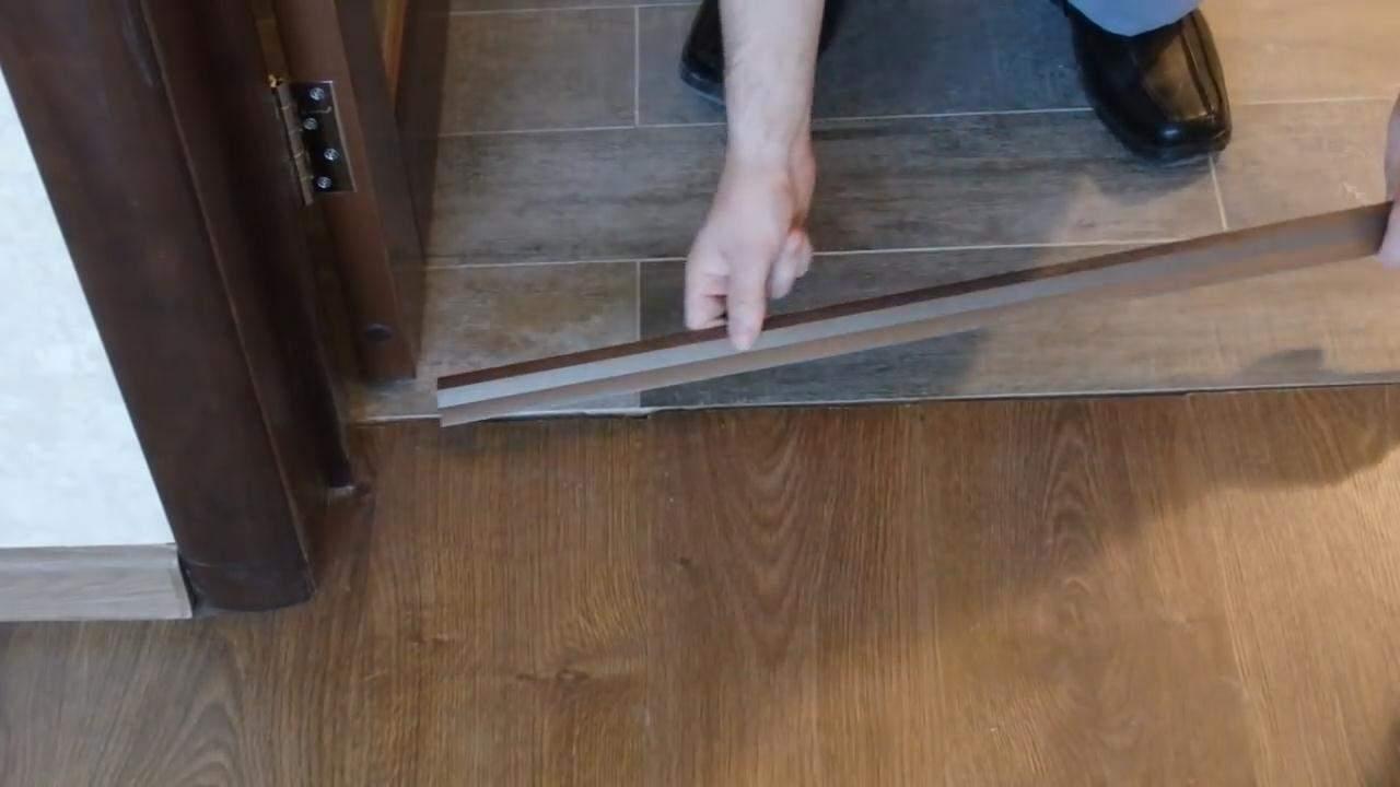 идея применения гибкого порога для ламината и плитки в ремонте комнаты
