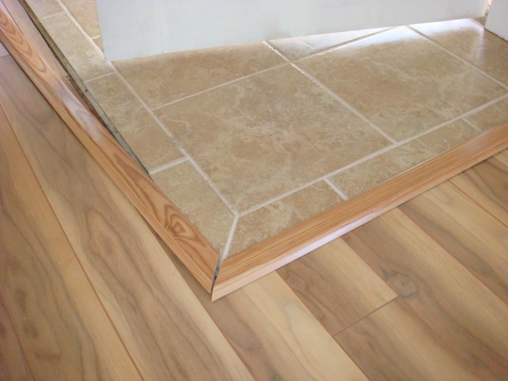 пример использования гибкого порога для ламината и плитки в отделке комнаты