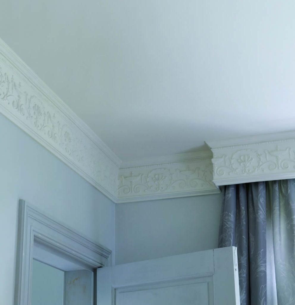 фото применения багетов на потолок блик