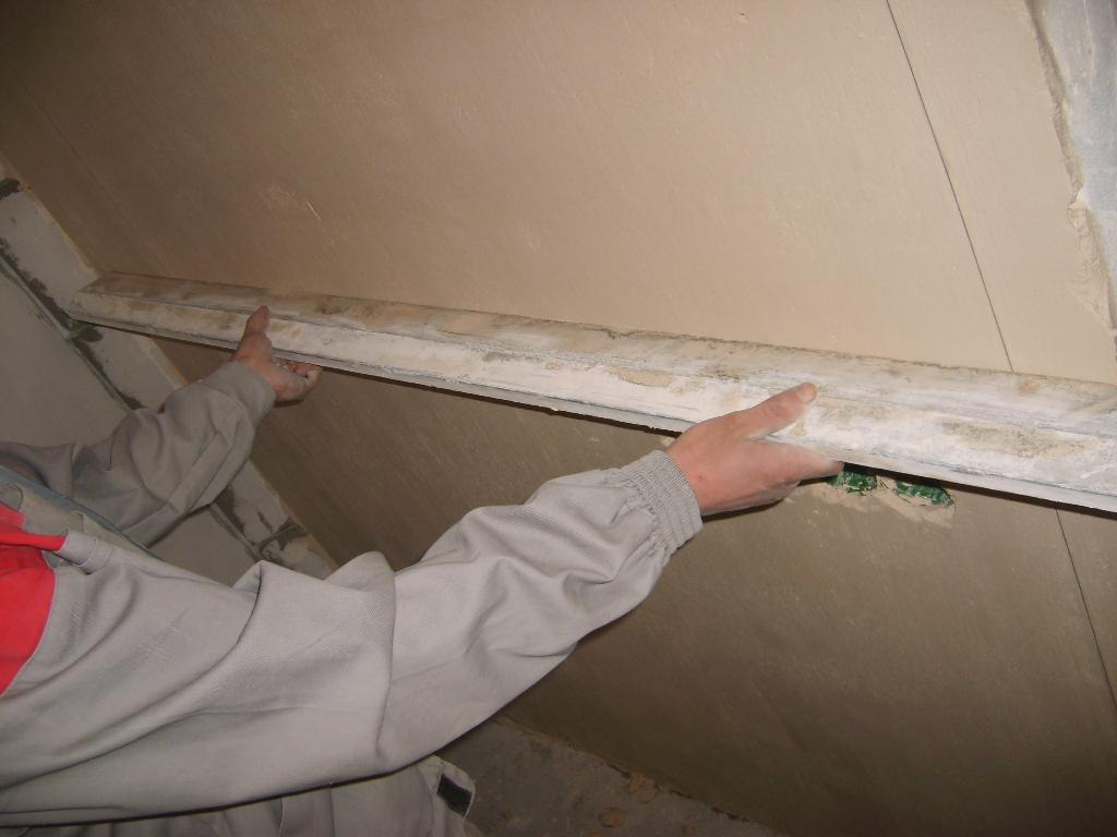 пример применения выравнивания стен под обои в отделке комнаты