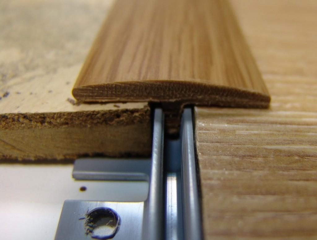 вариант использования гибкого порога для ламината и плитки в ремонте дома