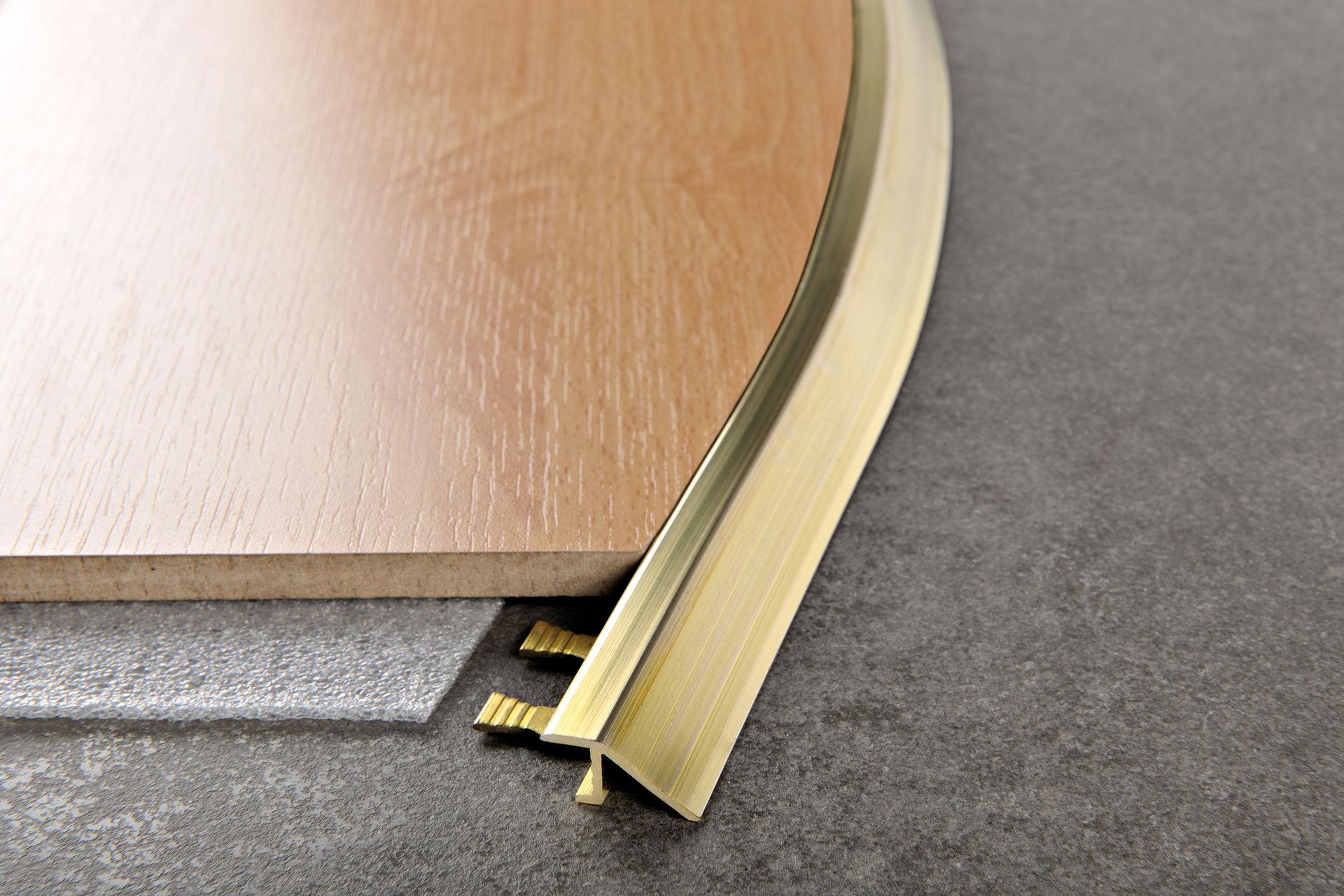 вариант применения гибкого порога для ламината и плитки в отделке дома
